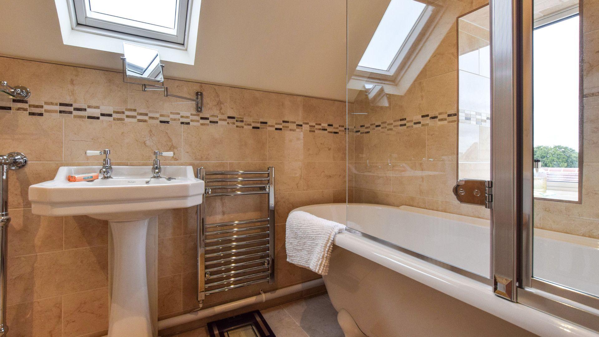 Bedroom 1, en-suite, Hyde Tyning Cottage, Bolthole Retreats