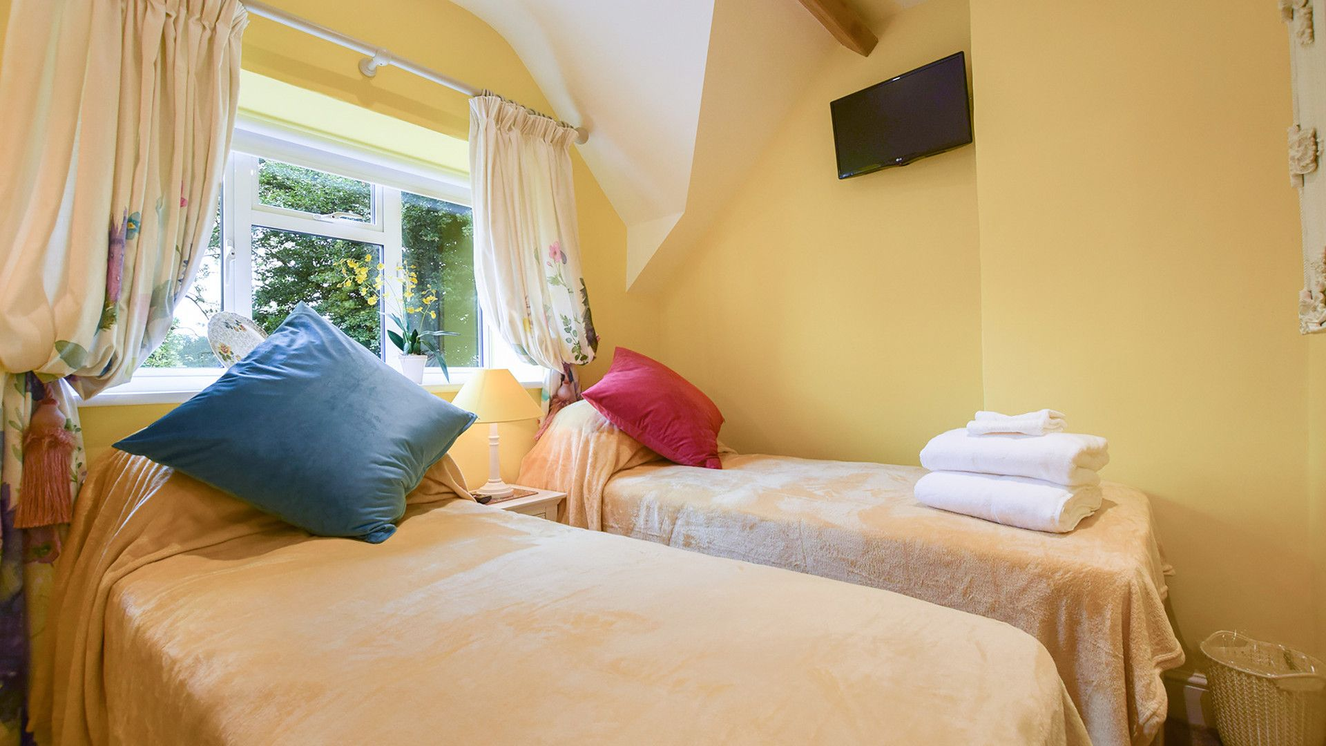 Bedroom 3, twin,  Hyde Tyning Cottage, Bolthole Retreats