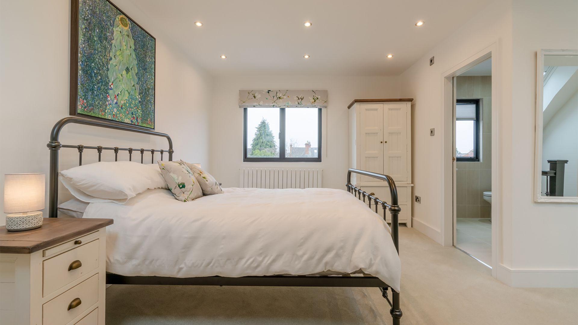 Top floor master bedroom with en-suite, 33 Percy Street, Bolthole Retreats