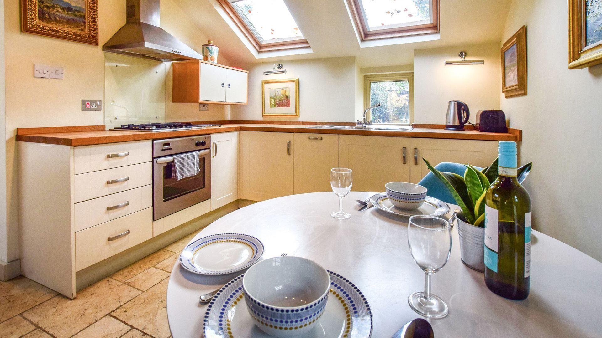 Kitchen with dining table, Matara Lodge, Bolthole Retreats