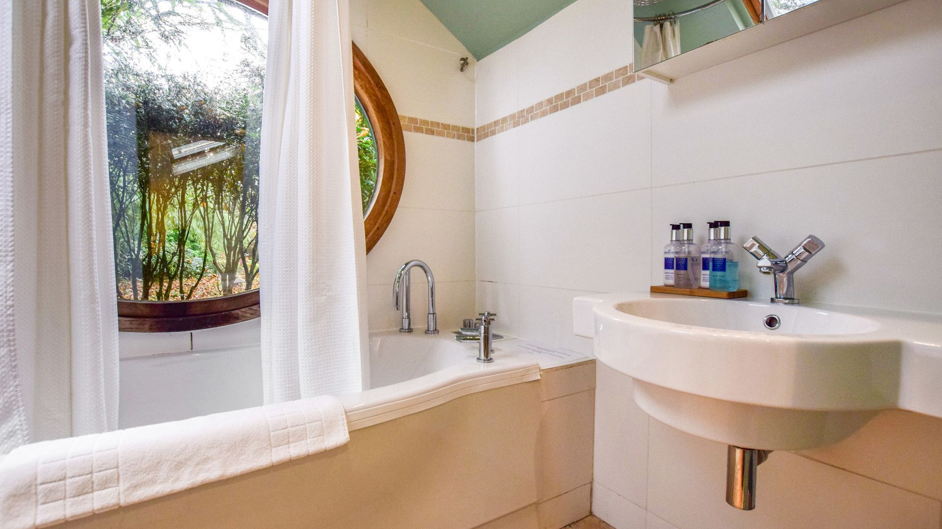 Bathroom with spa bath, Matara Lodge, Bolthole Retreats