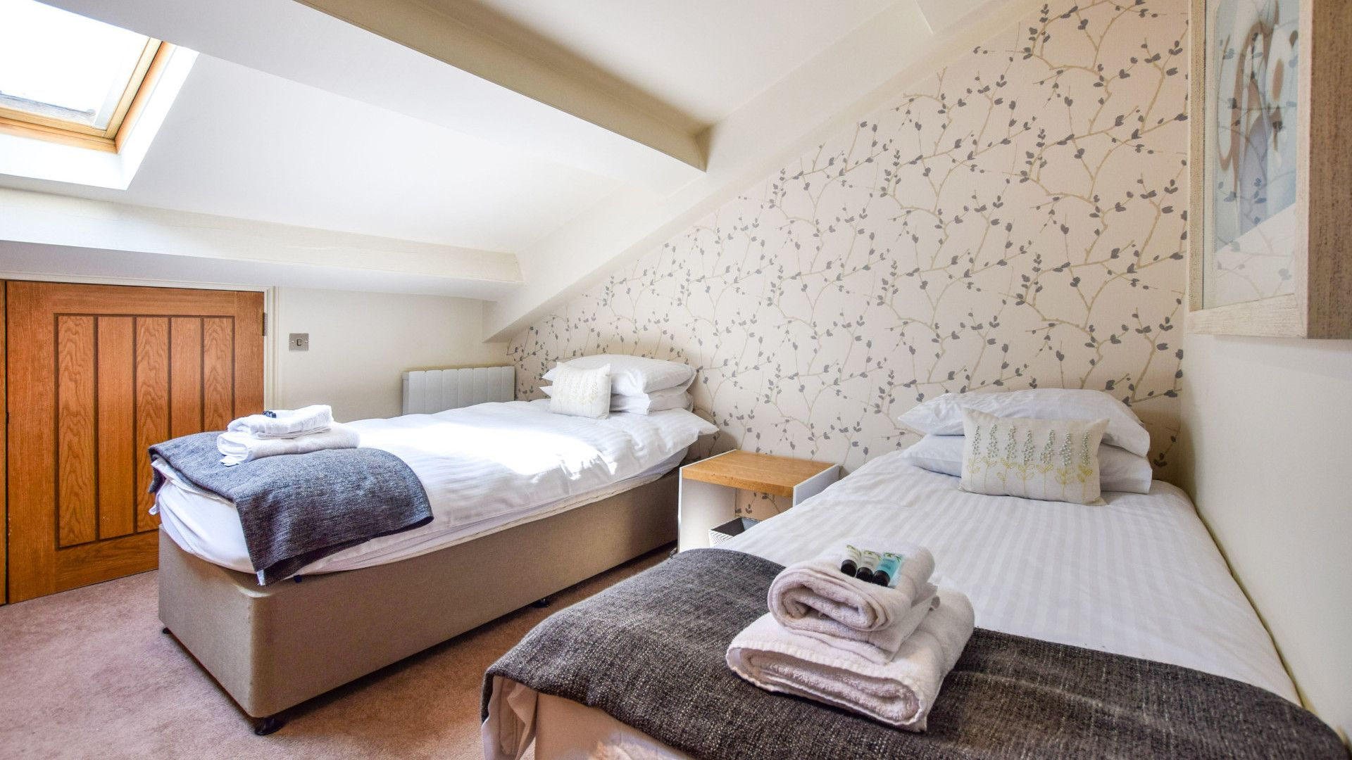 Bedroom 2, twin, Meadow View at Avon Farm, Bolthole Retreats