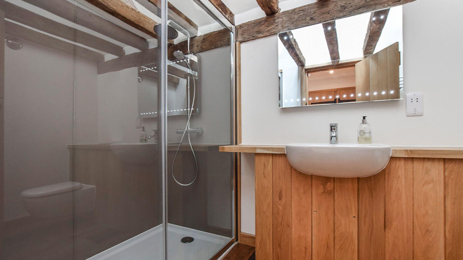En-suite to bedroom 2, Mercia House, Bolthole Retreats