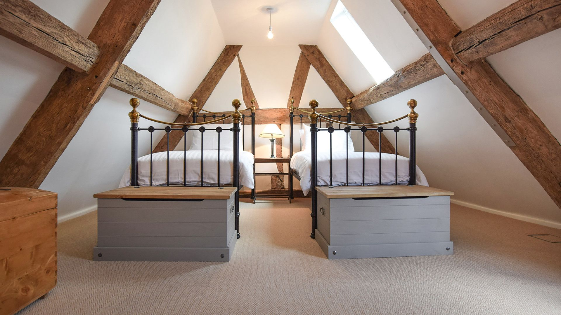Bedroom 4, twin, En-suite bathroom, Mercia House, Bolthole Retreats