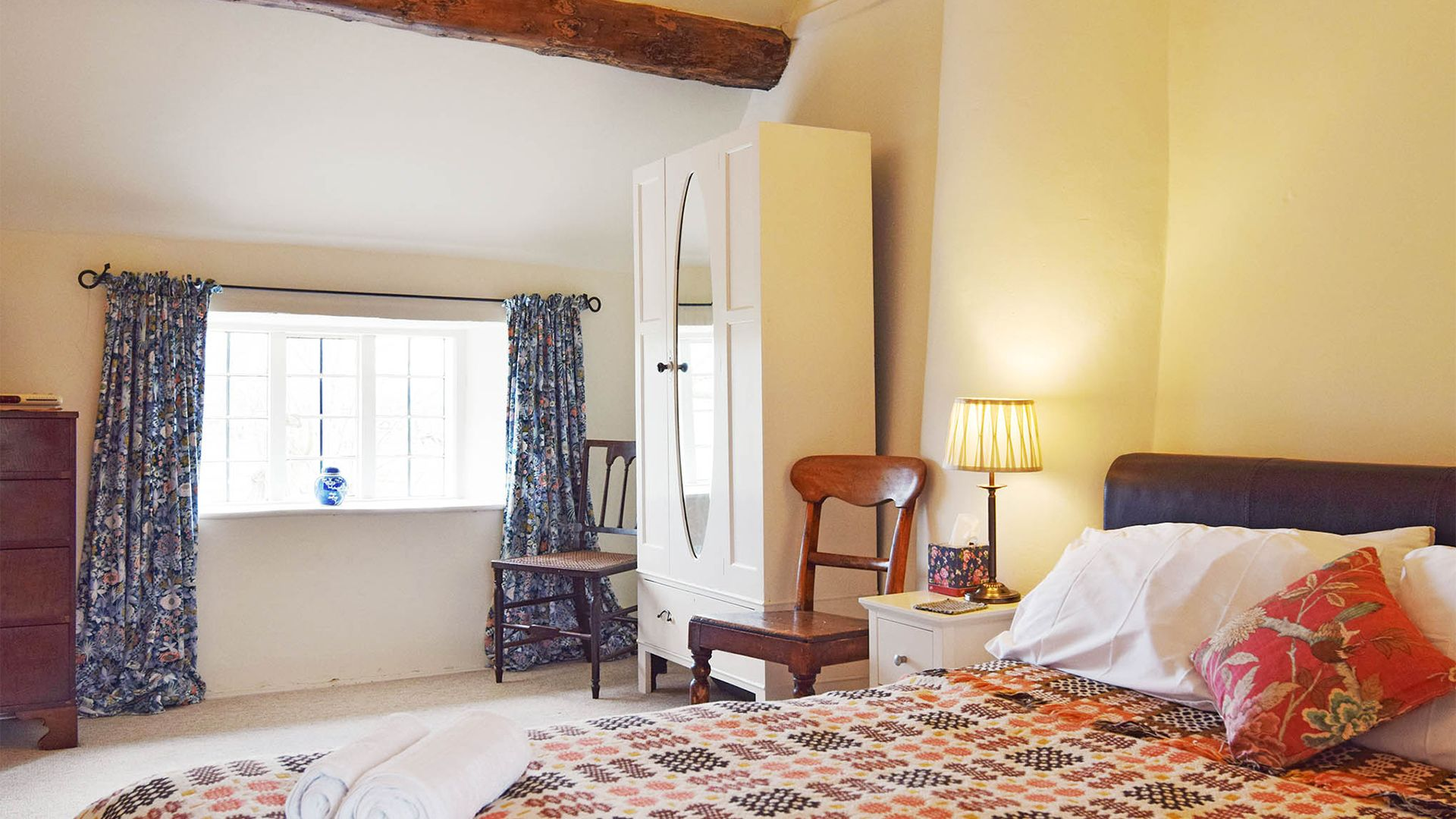 Bedroom 1 king-size bed, Maisey Cottage, Bolthole Retreats