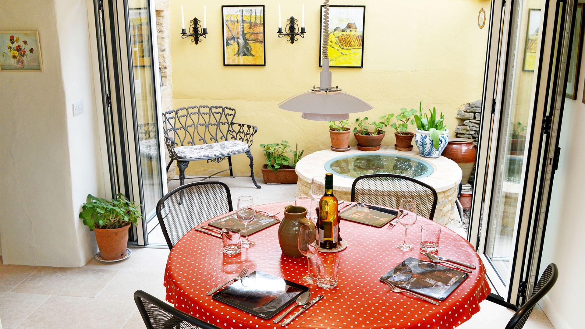Dining Area with bi-fold doors, Maisey Cottage, Bolthole Retreats