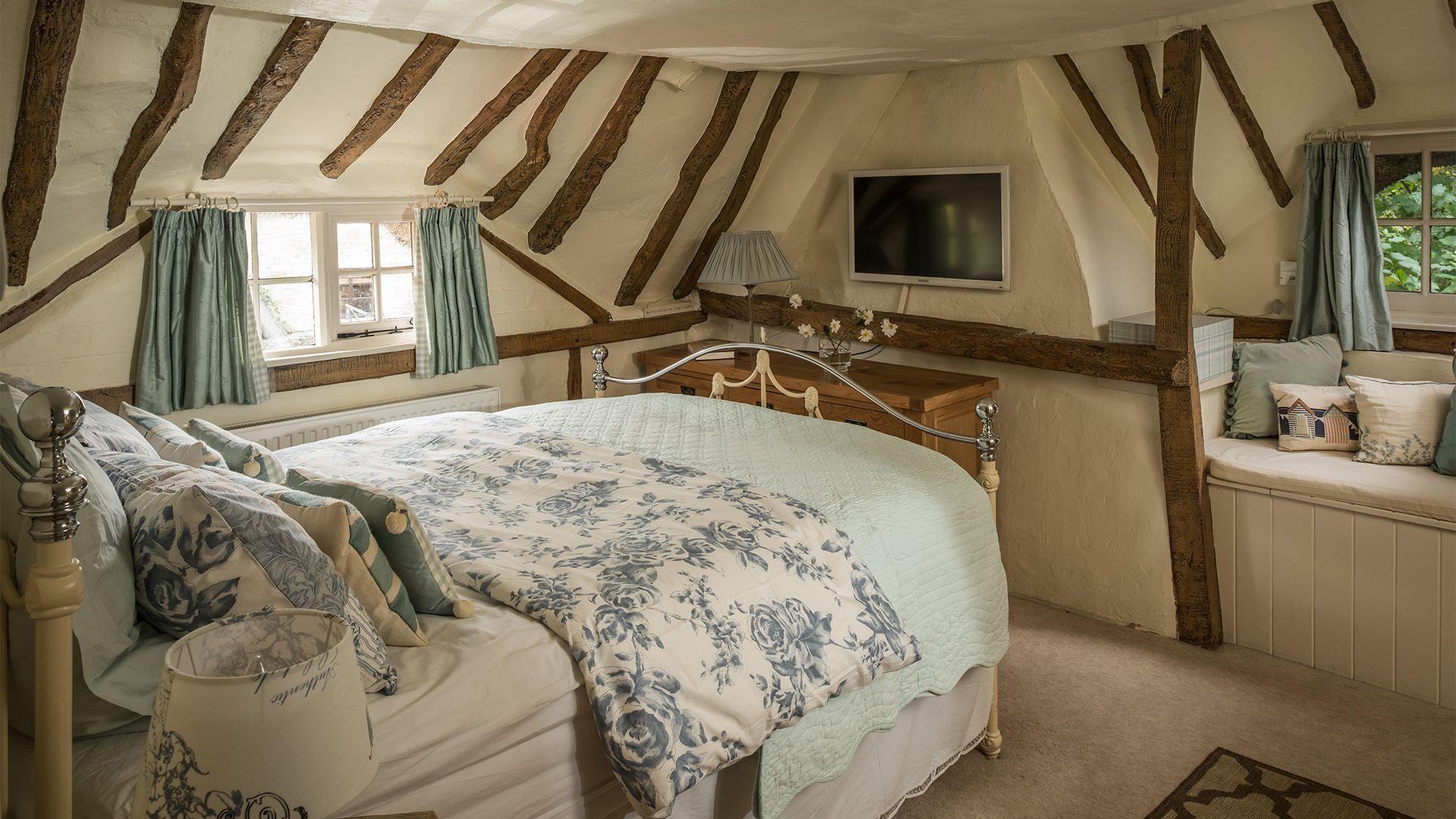 Master bedroom, Old Fox Cottage, Bolthole Retreats