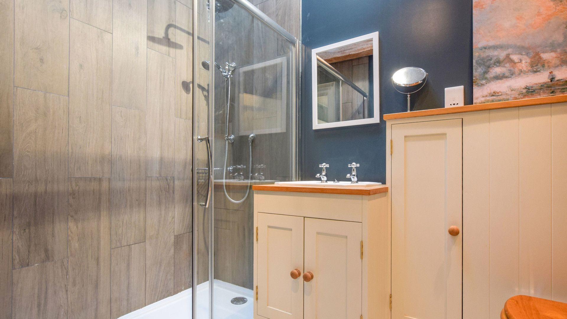 Bedroom 2 en-suite, Oldbury Barn, Bolthole Retreats