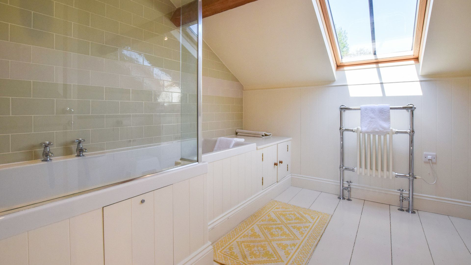 Family bathroom, Oldbury Barn, Bolthole Retreats