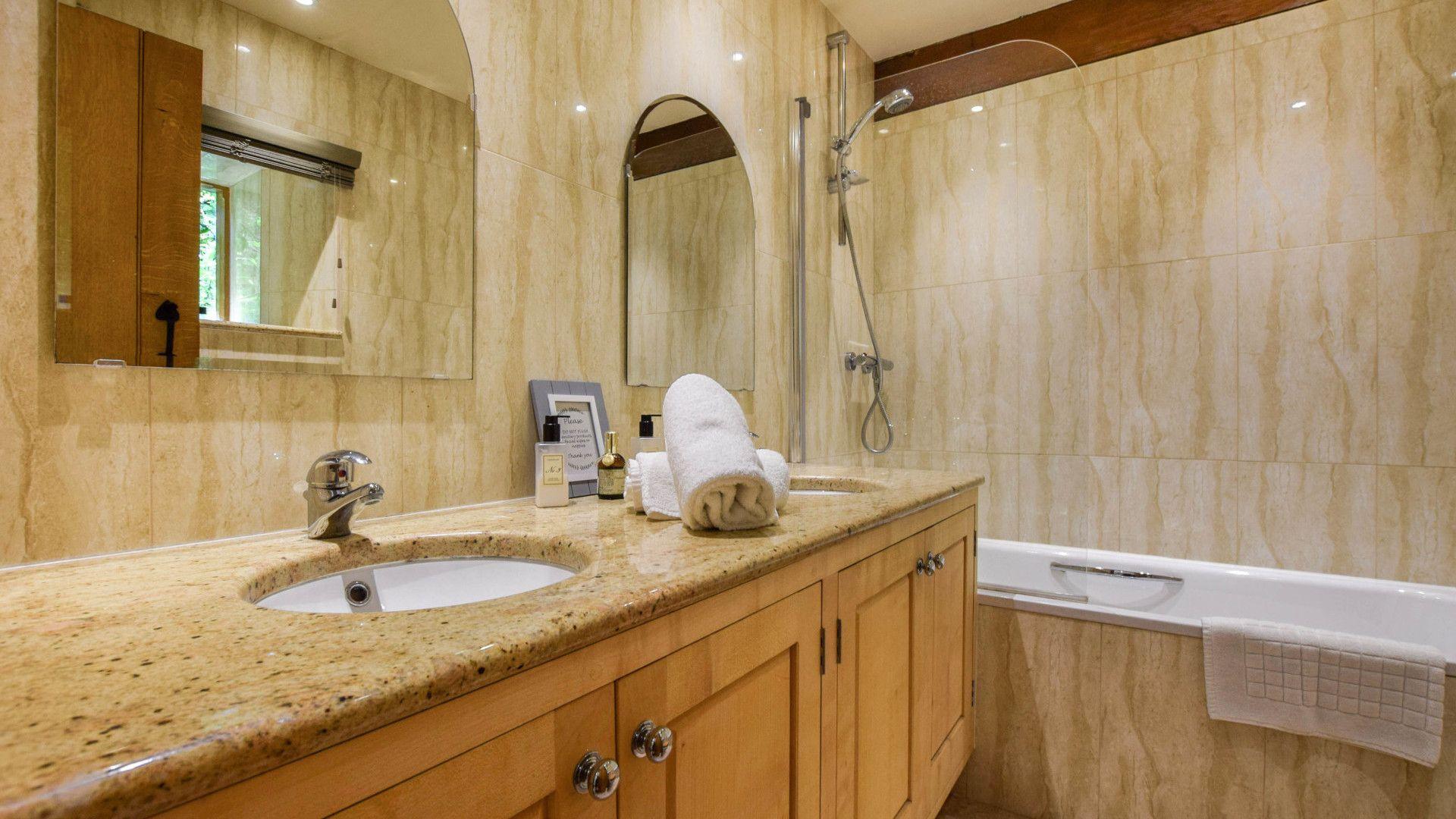 Bedroom 1 en-suite, Stable Cottage, Bolthole Retreats