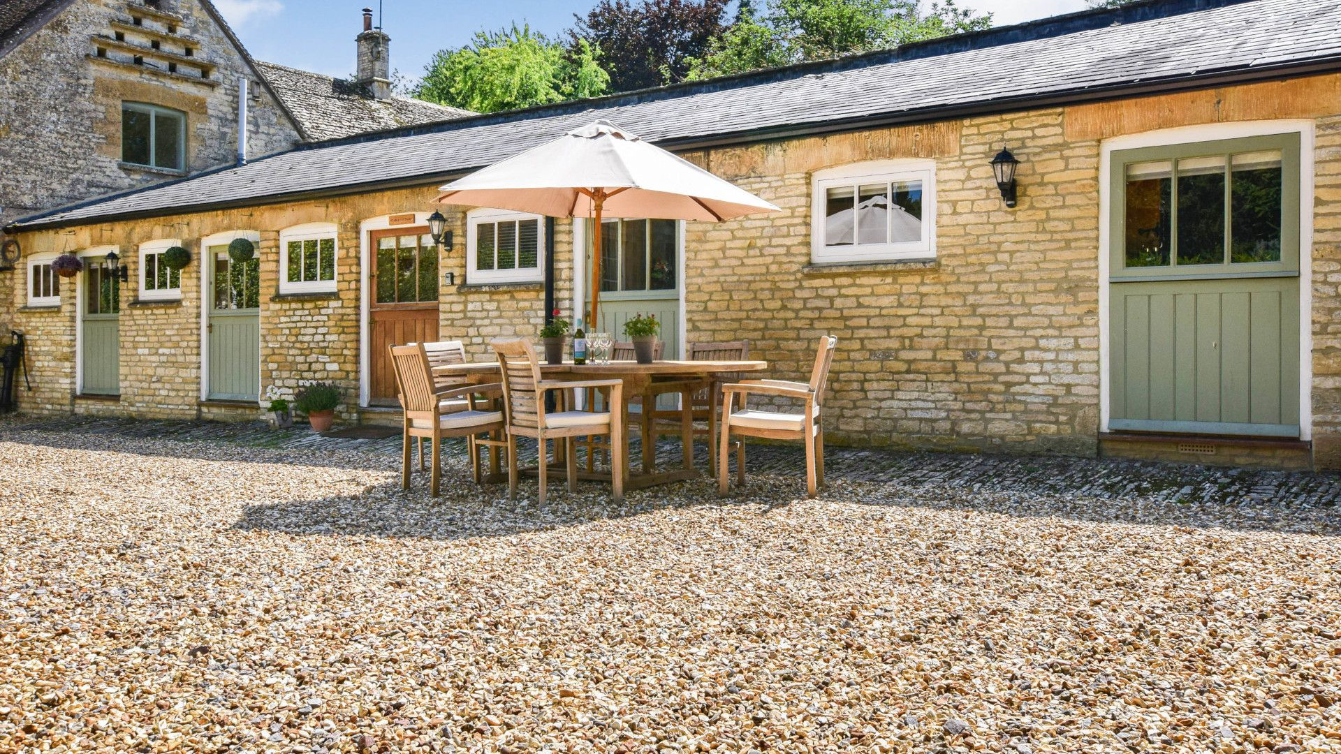 Gravel courtyard with table and chairs, Stable Cottage, Bolthole Retreats