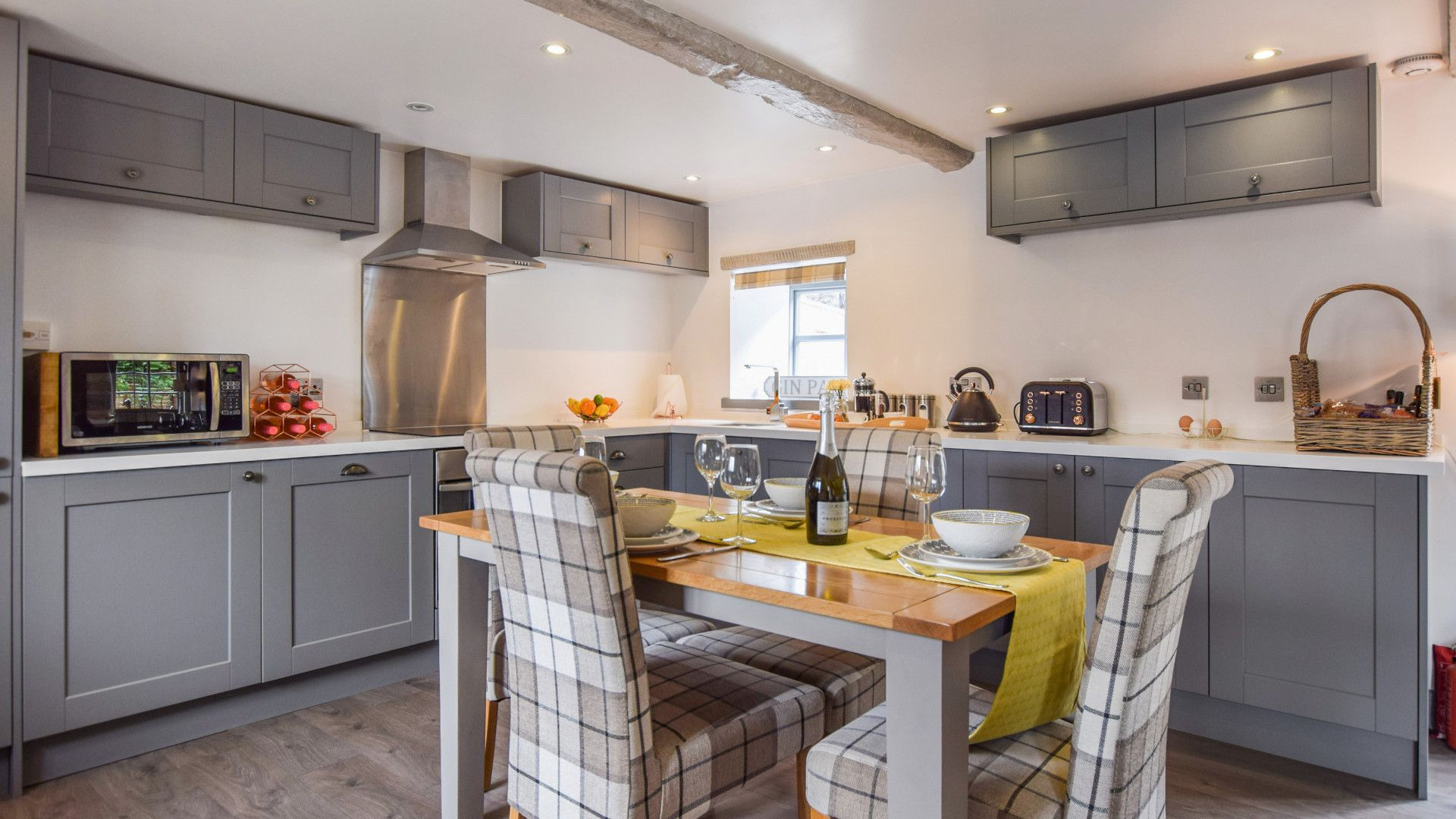 Kitchen with dining table, Stable Cottage at Avon Farm, Bolthole Retreats