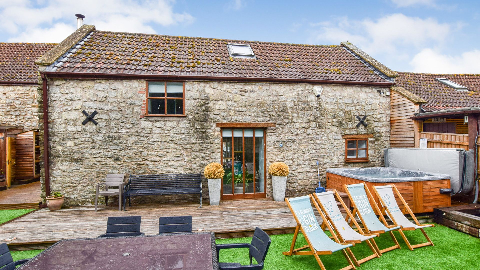 Garden with deck and hot tub, Stable Cottage at Avon Farm, Bolthole Retreats