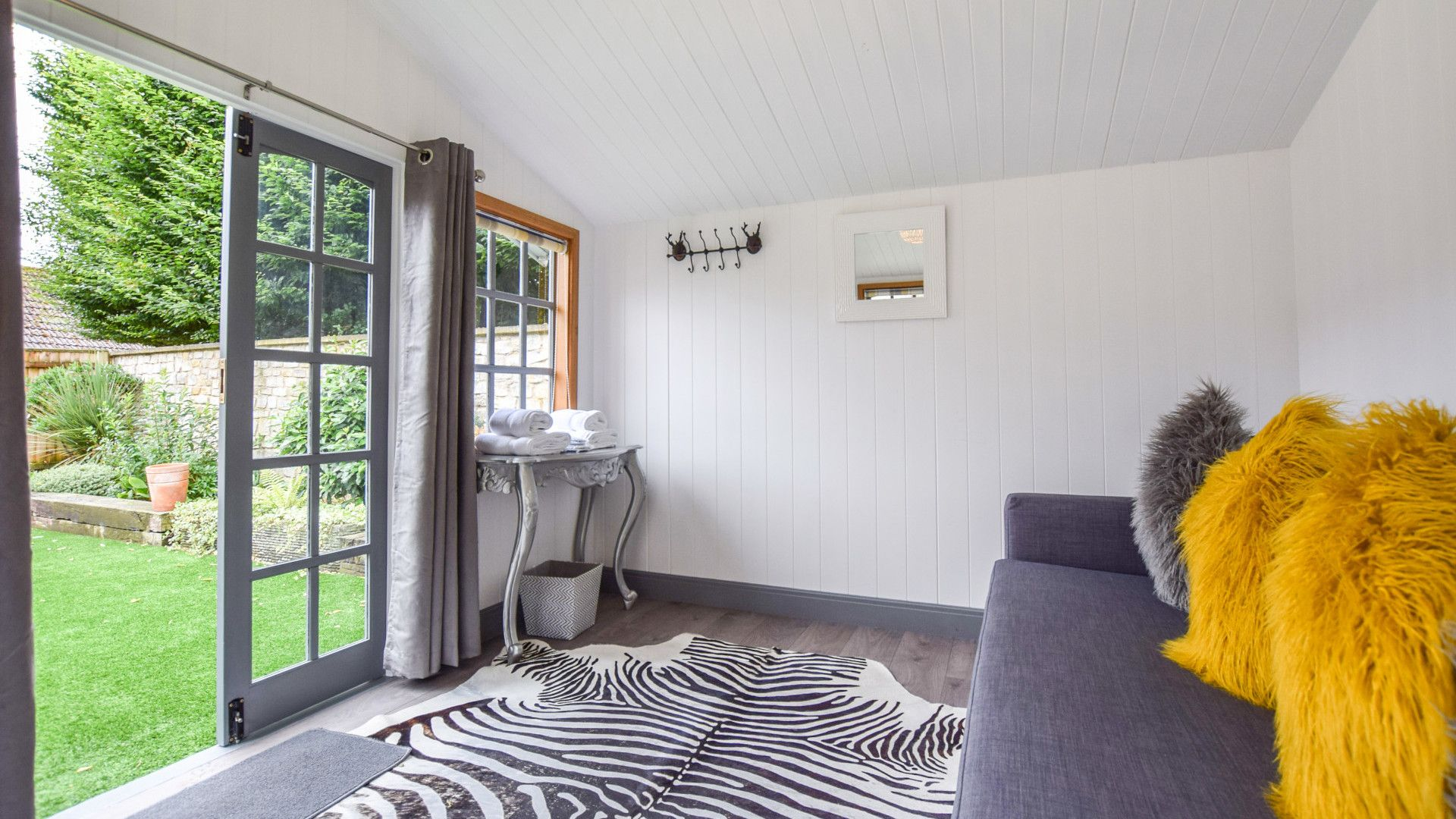 Summer house with sofa bed, Stable Cottage at Avon Farm, Bolthole Retreats