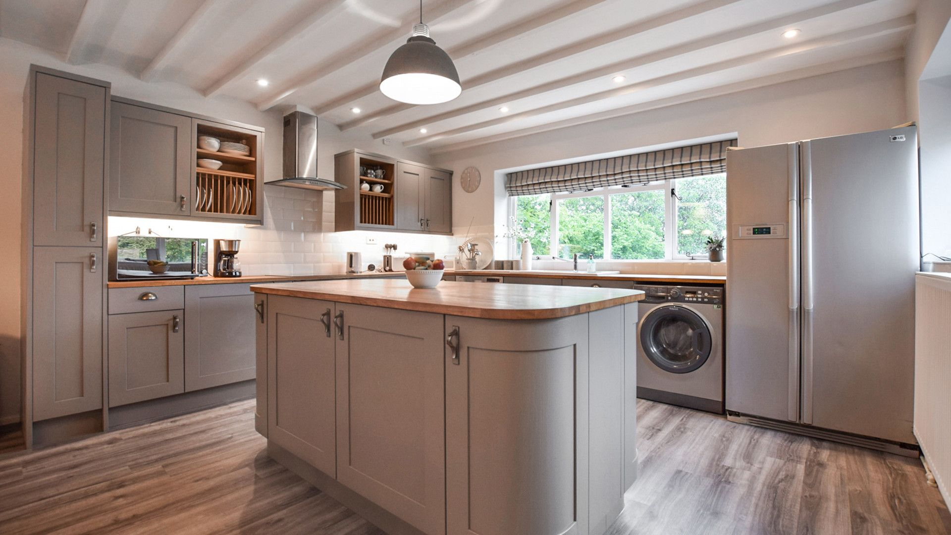 Kitchen with central island, Suncroft, Bolthole Retreats