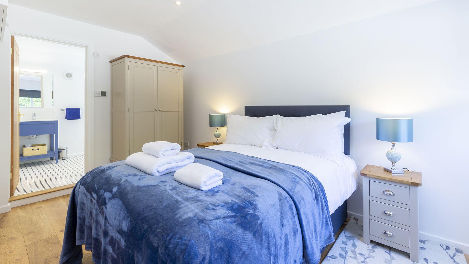 Bedroom 1 with en-suite, South Winds, Bolthole Retreats
