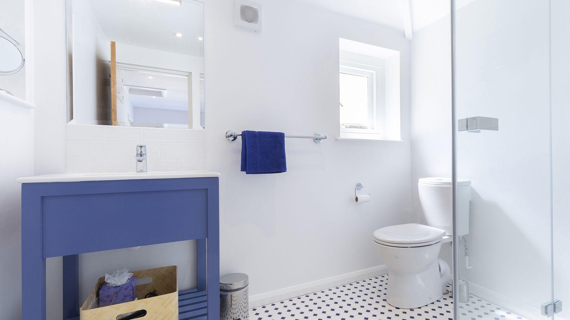 En-suite to bedroom 1, South Winds, Bolthole Retreats