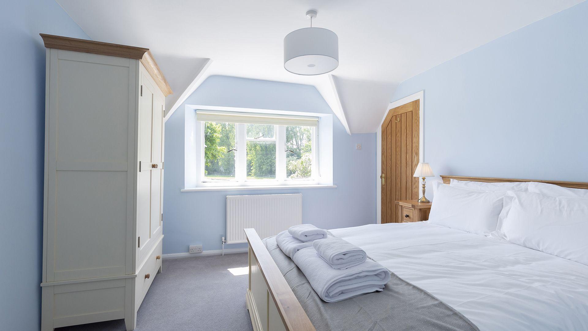 Bedroom 2 with en-suite, South Winds, Bolthole Retreats