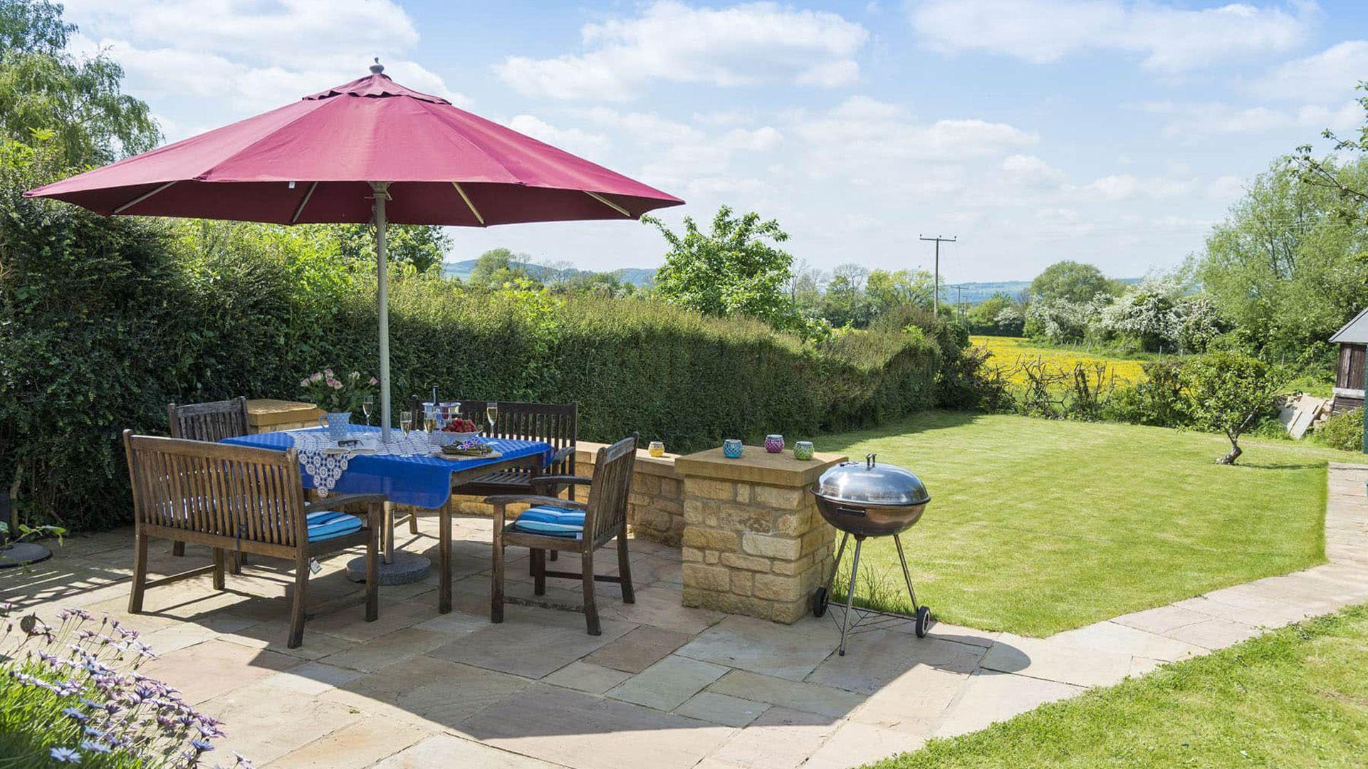 Garden BBQ area, Swallows Rest Cottage, Bolthole Retreats