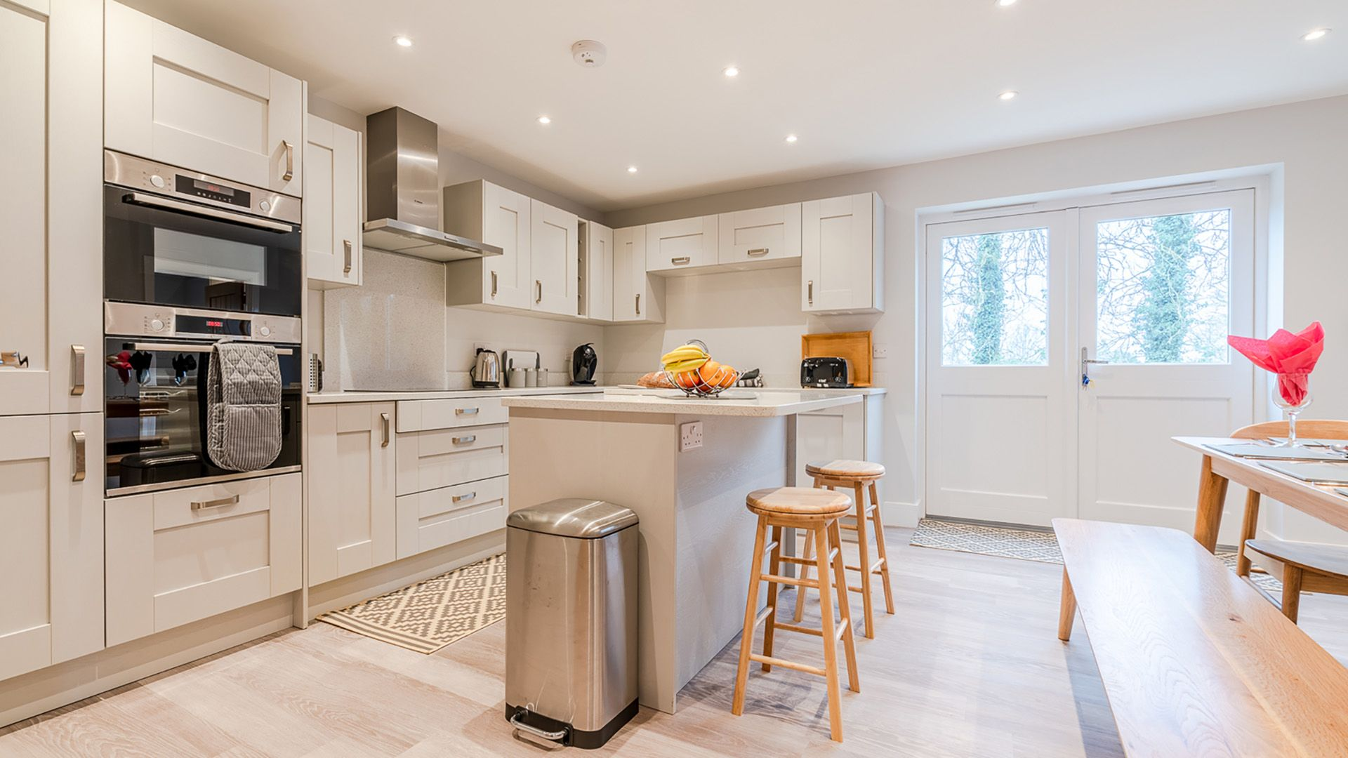 Kitchen with central island, Maple House, Bolthole Retreats