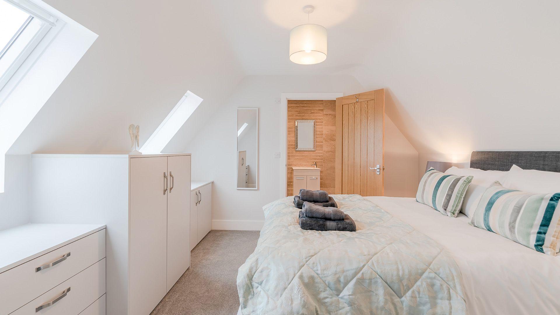 Bedroom 5 with en-suite, Maple House, Bolthole Retreats