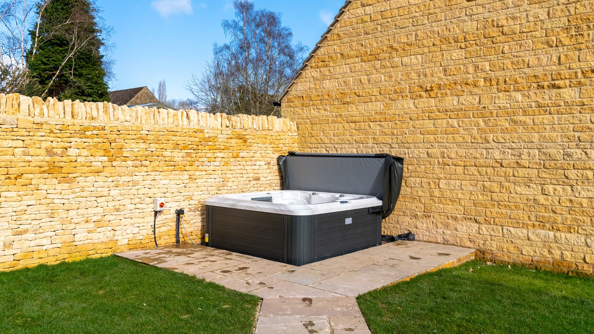 Hot tub in side patio, Maple House, Bolthole Retreats