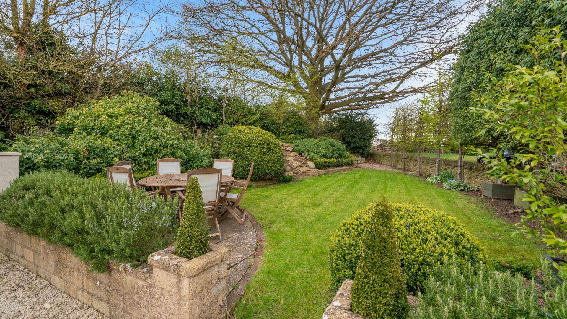 Garden lawn area, Thatch Cottage, Bolthole Retreats