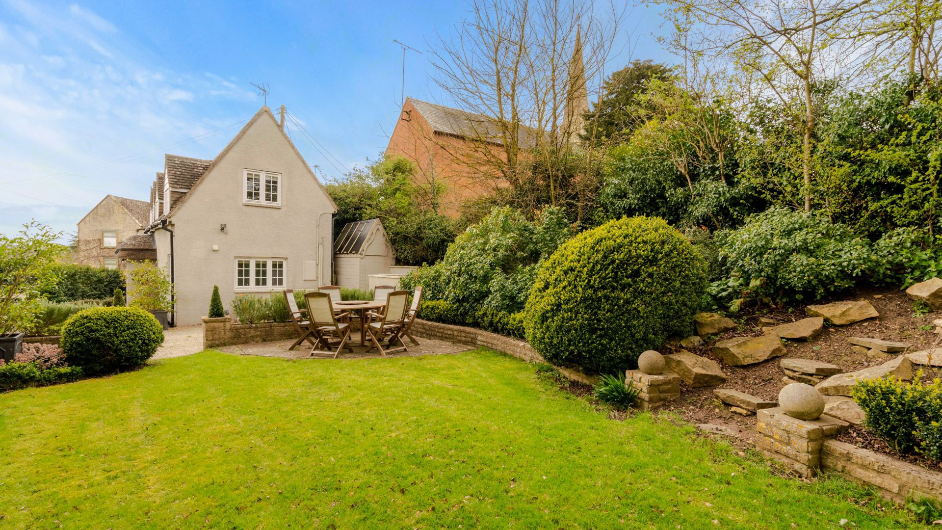 Garden with table and chairs, Thatch Cottage, Bolthole Retreats