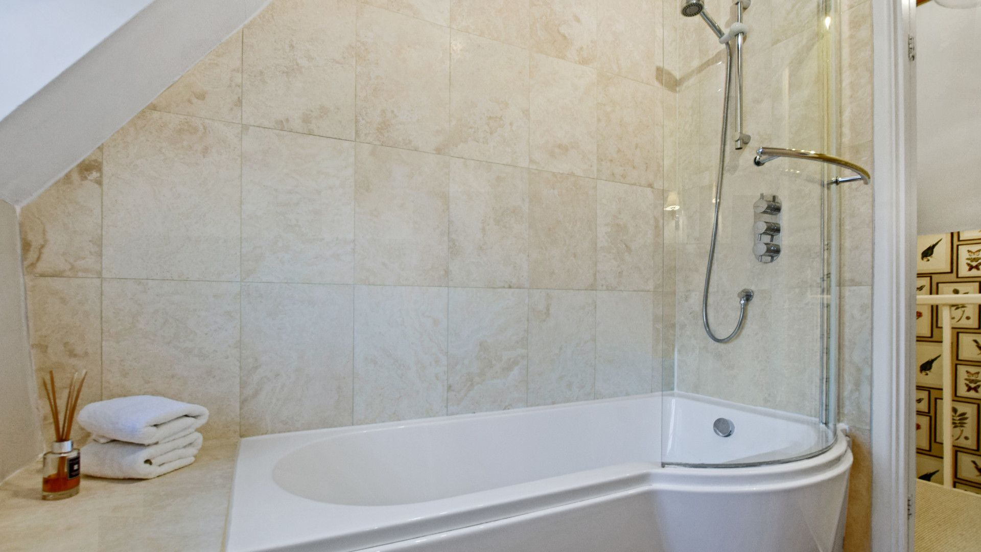 Family bathroom, Thatch Cottage, Bolthole Retreats