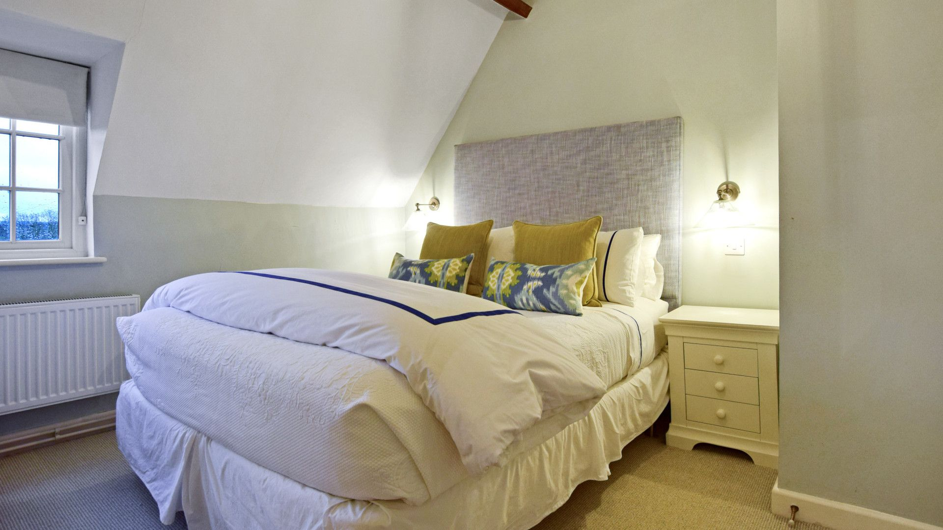 Bedroom 1, master with king-size bed, Thatch Cottage, Bolthole Retreats