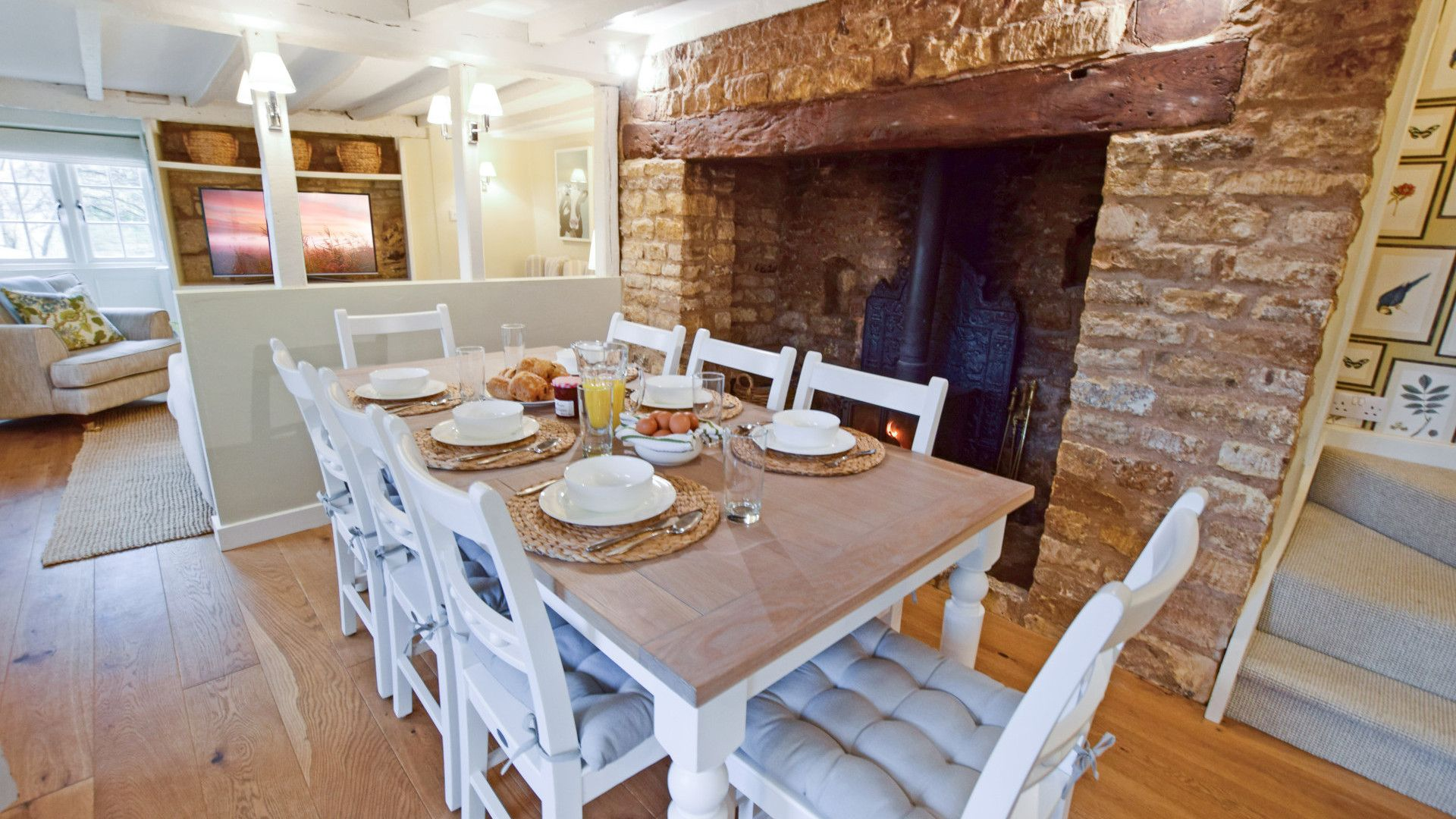 Dining room with fireplace, Thatch Cottage, Bolthole Retreats