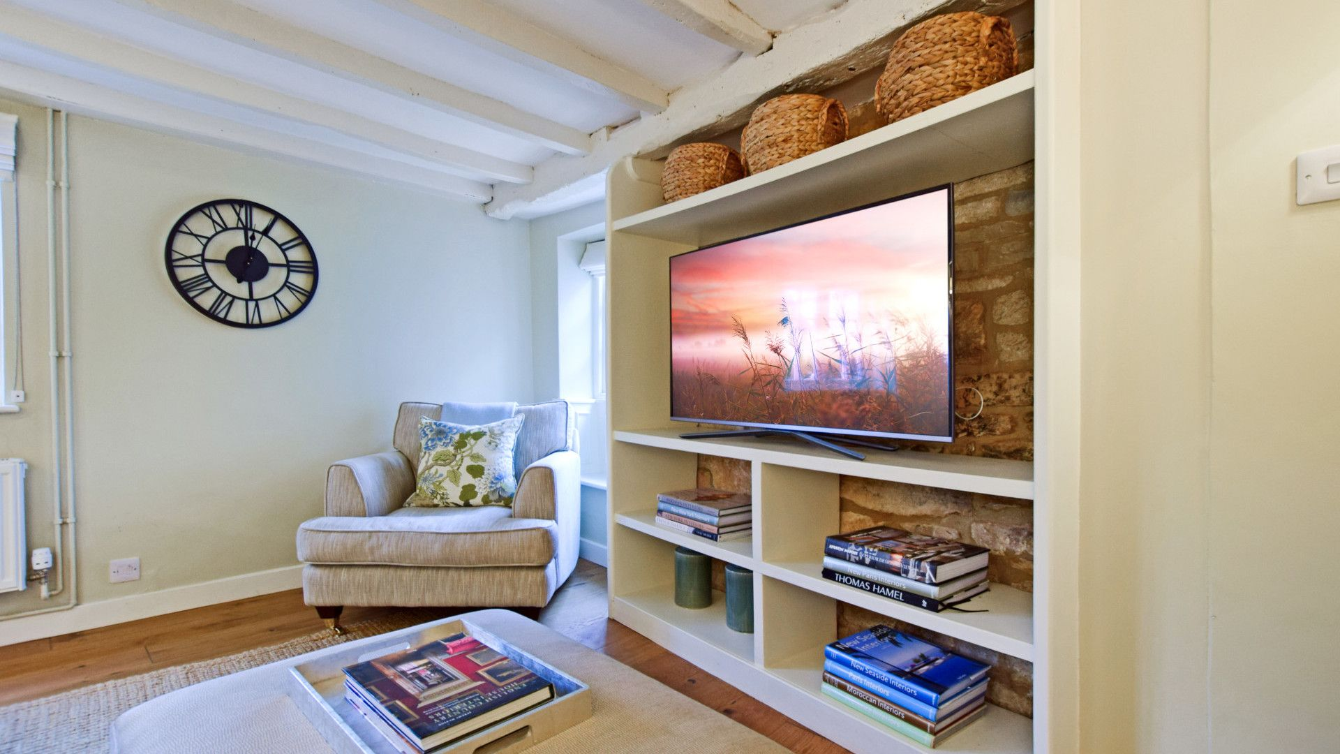 Living room with smart TV, Thatch Cottage, Bolthole Retreats