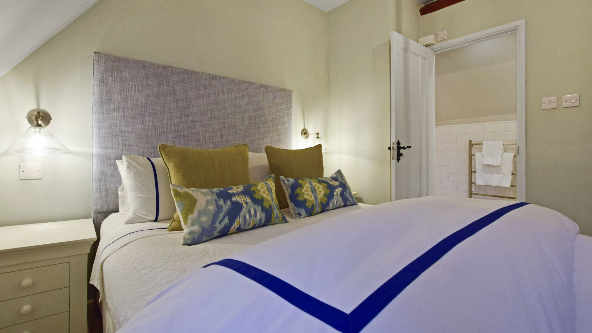 Bedroom 1, master, Thatch Cottage, Bolthole Retreats