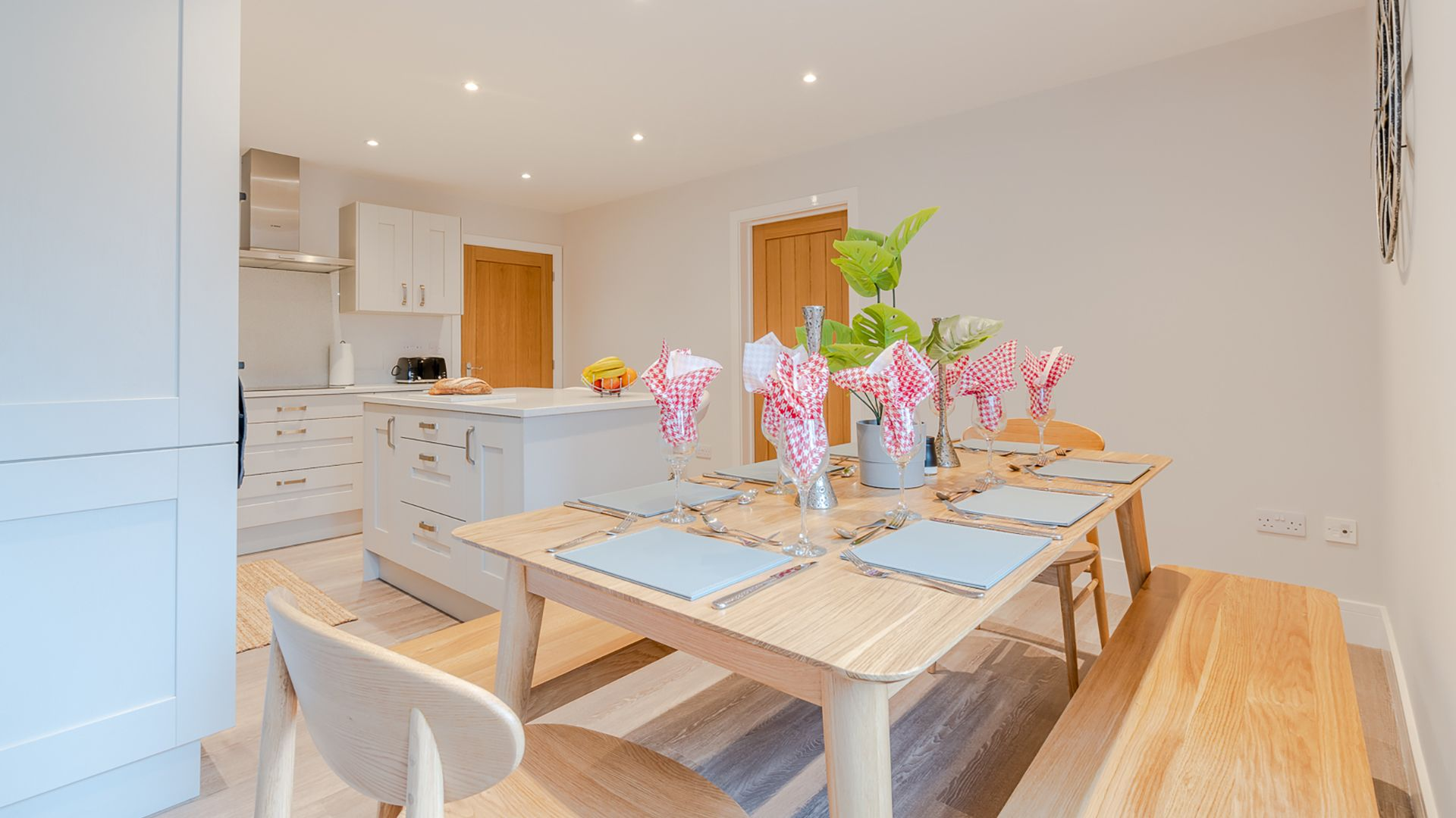 Kitchen with dining area, Poplar House, Bolthole Retreats