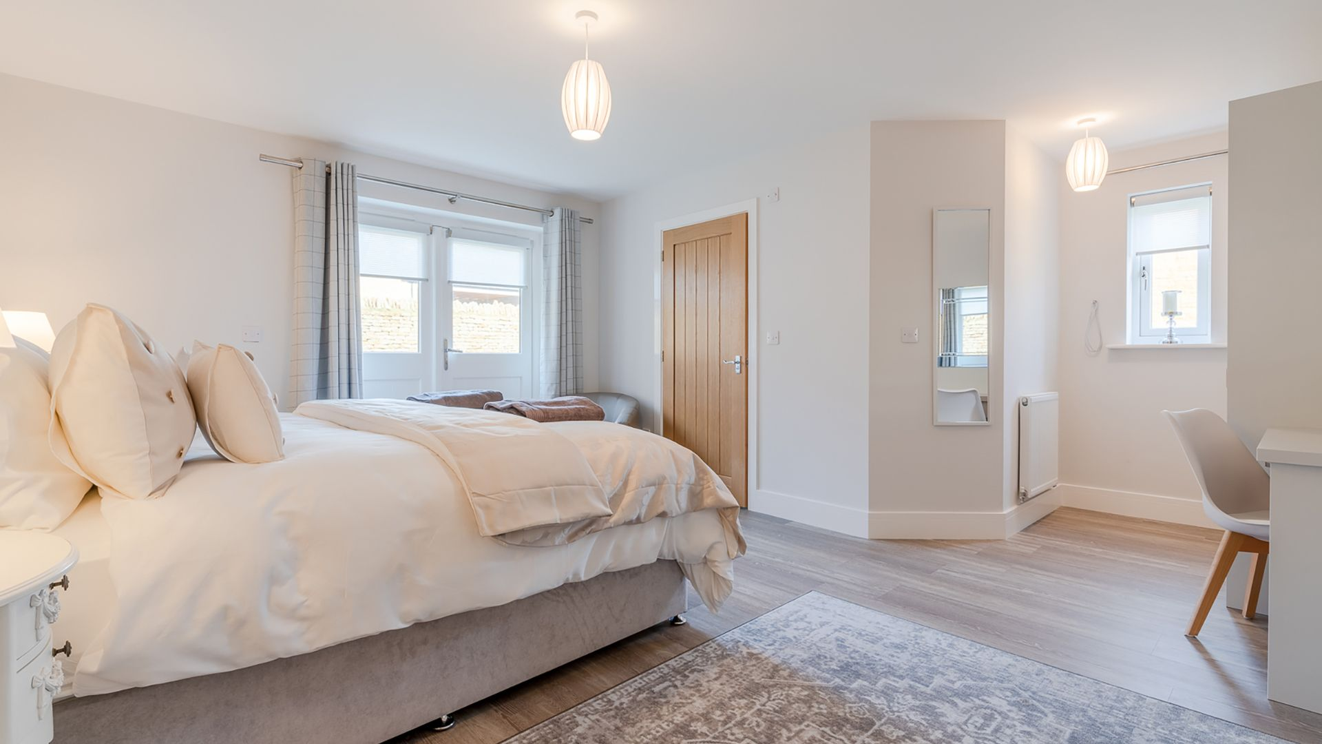 Bedroom 1, downstairs with en-suite, Poplar House, Bolthole Retreats
