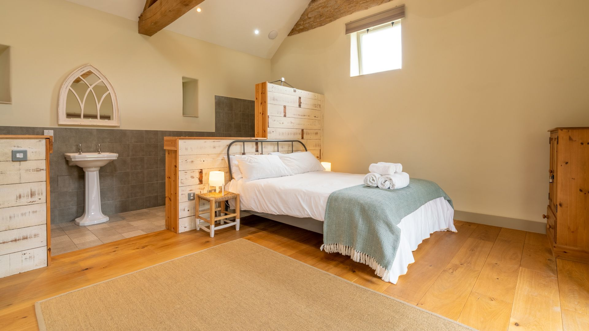 Bedroom & en-suite wet room, Bull Pen, Bolthole Retreats