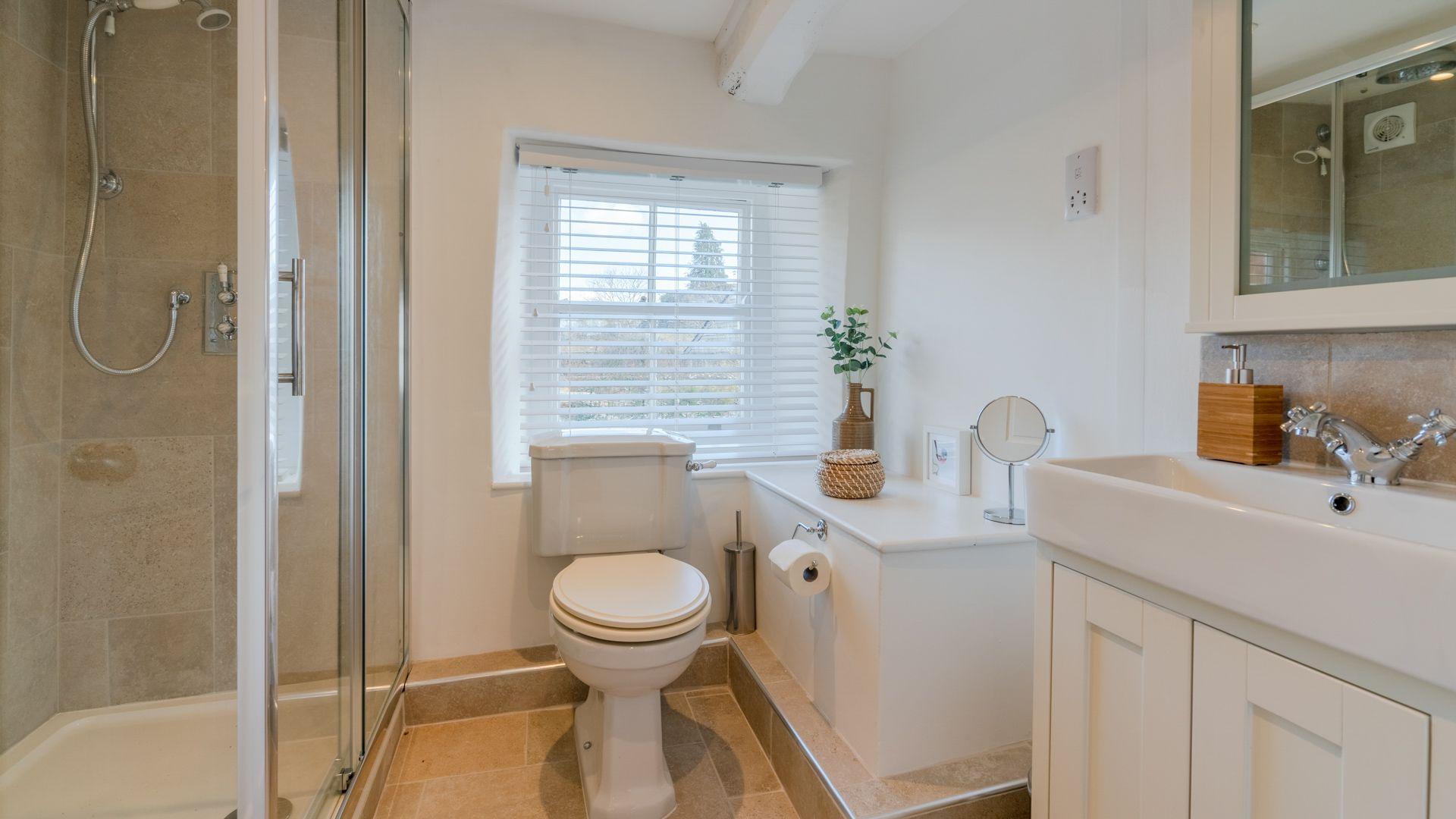 En-suite to bedroom 1, Tachbrook, Bolthole Retreats