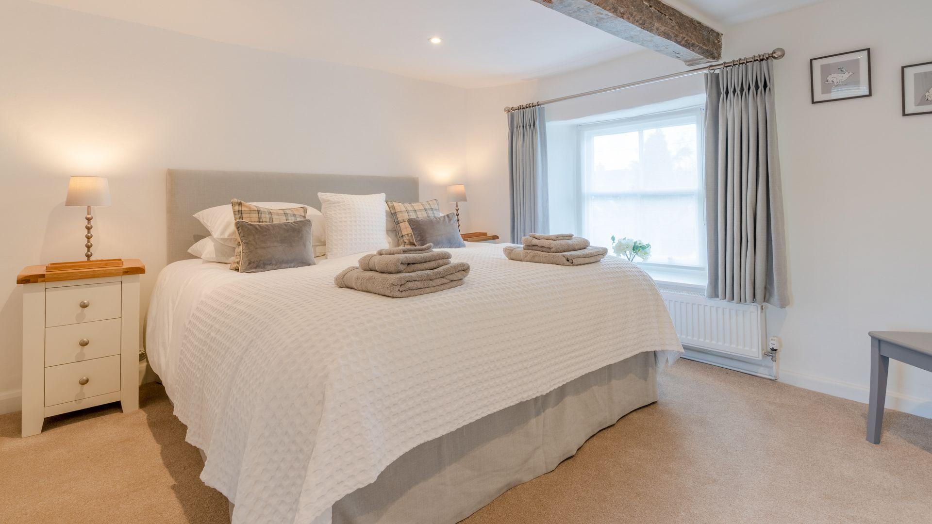Bedroom 1 king-size, Tachbrook, Bolthole Retreats