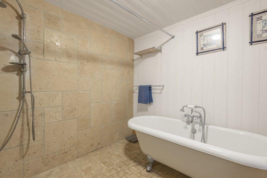 Foam Crest | En-suite bathroom