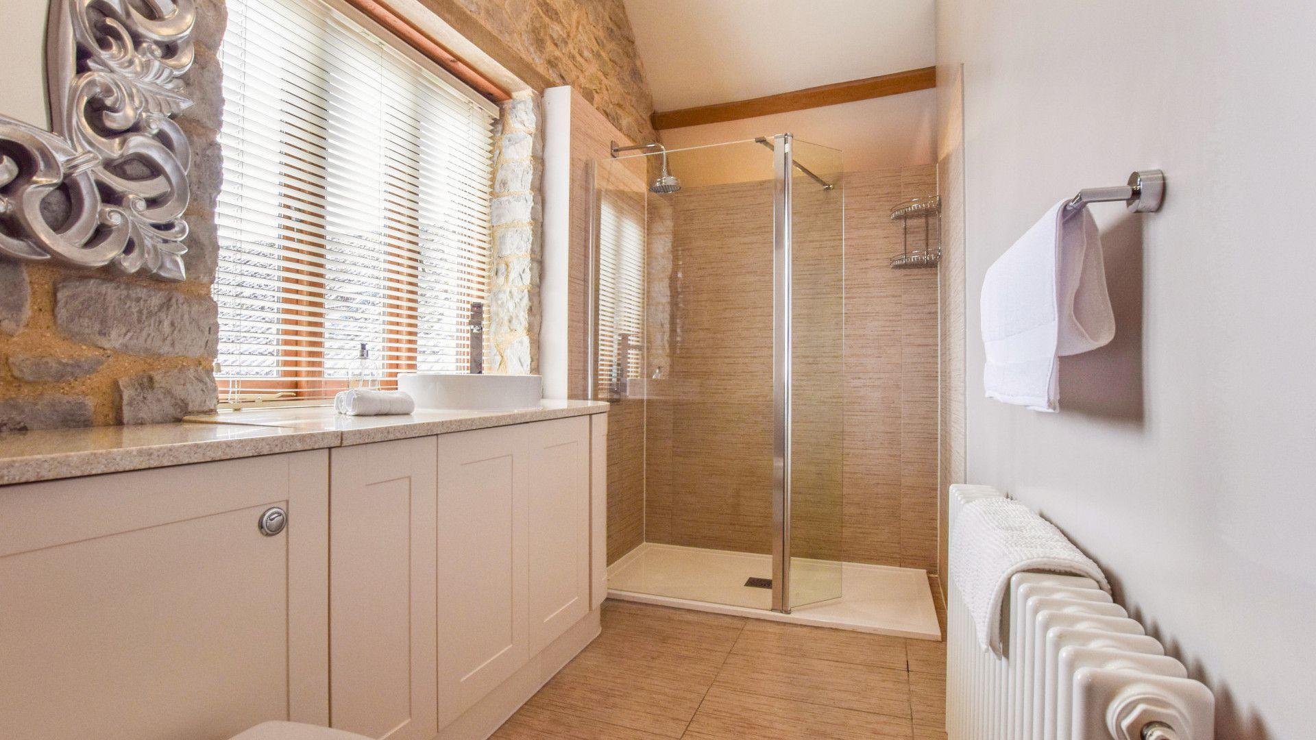 Bedroom en-suite, Tythe Barn at Avon Farm, Bolthole Retreats