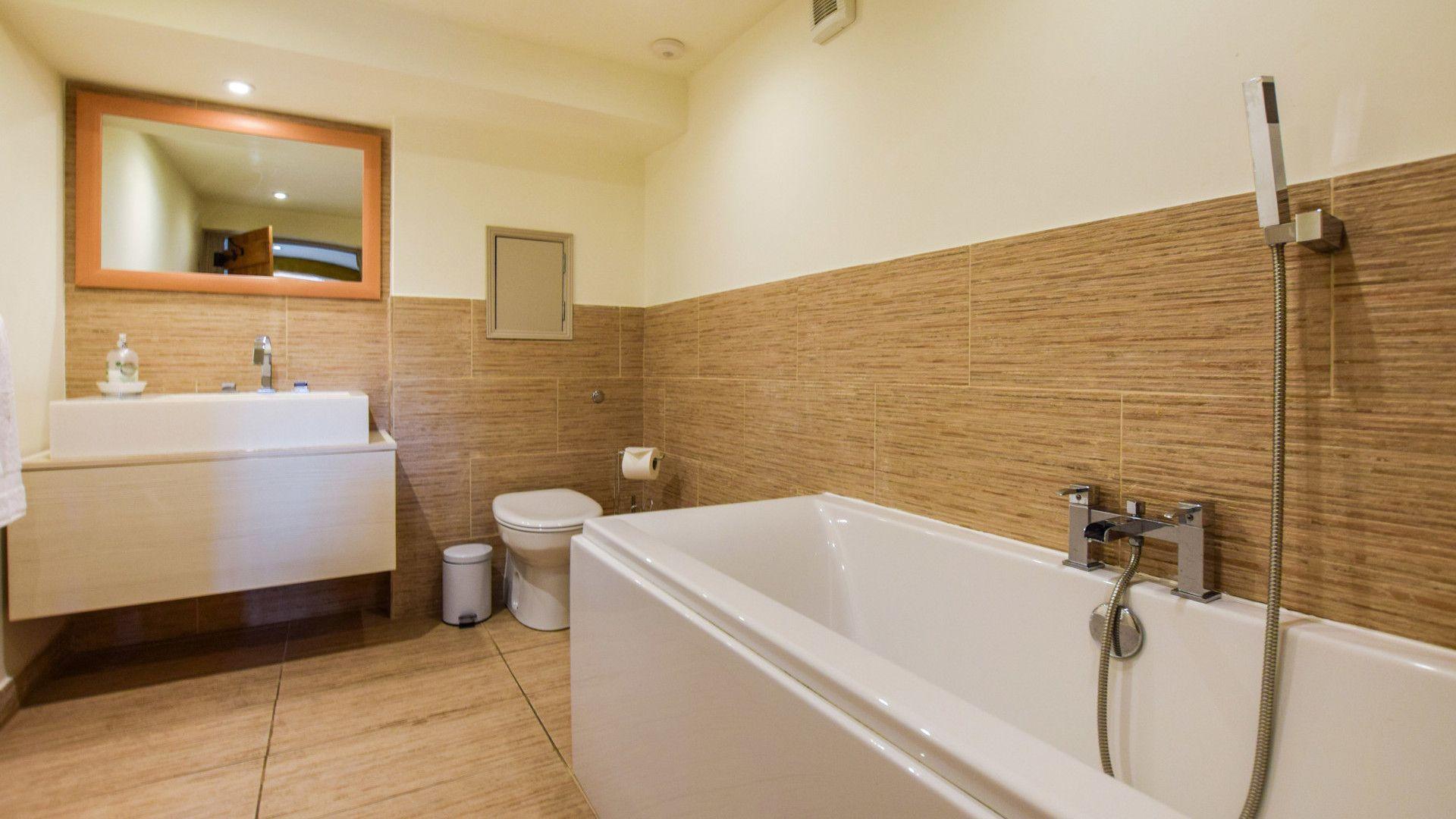 Family bathroom, Tythe Barn at Avon Farm, Bolthole Retreats
