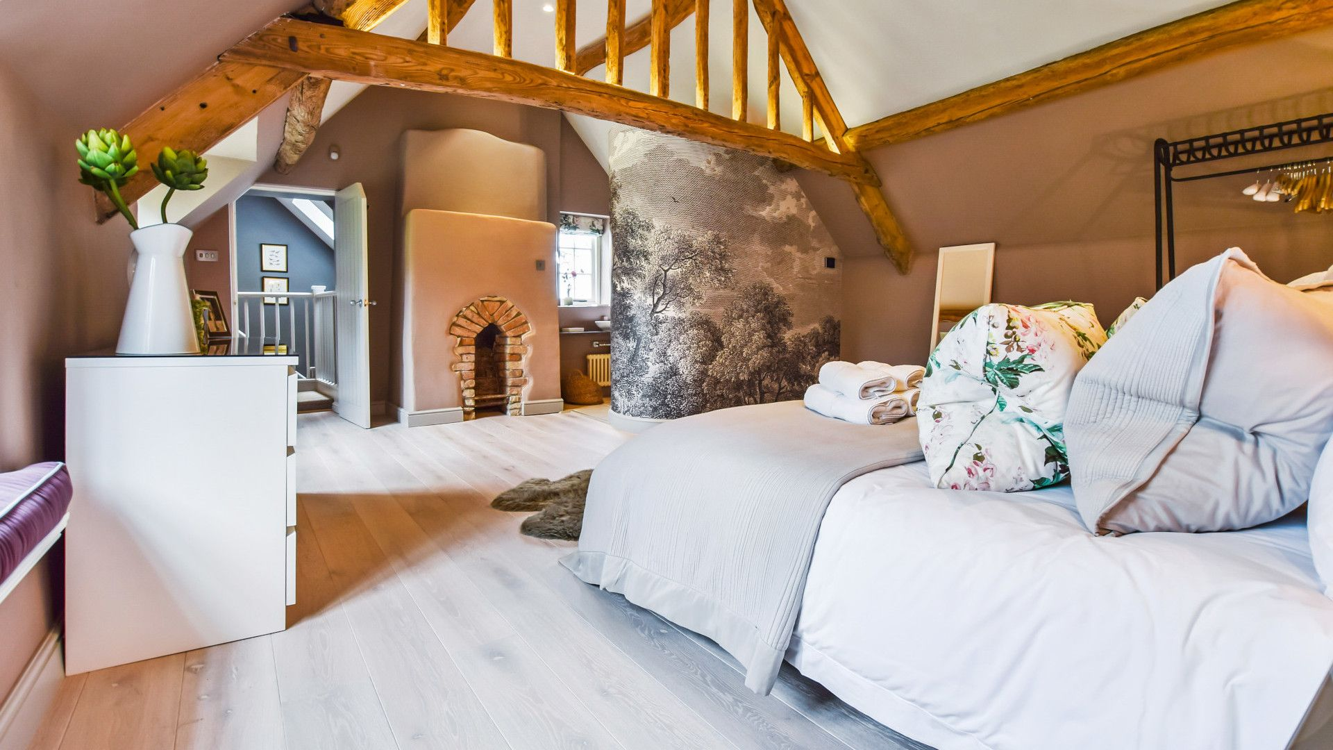Master bedroom, Westerleigh Cottage, Bolthole Retreats