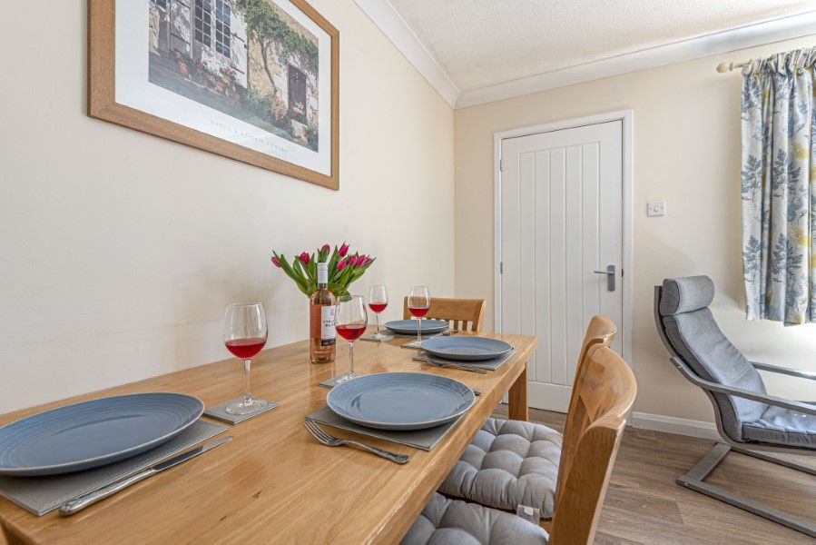 Dolphin Cottage | Dining table