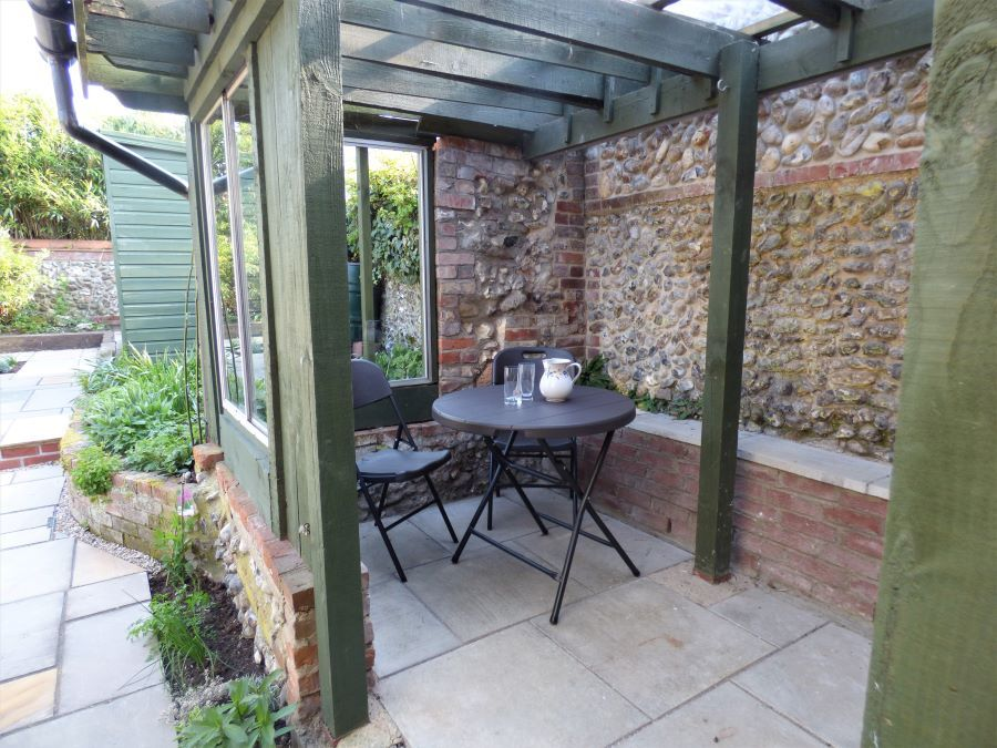 Western Cottage | Covered seating area