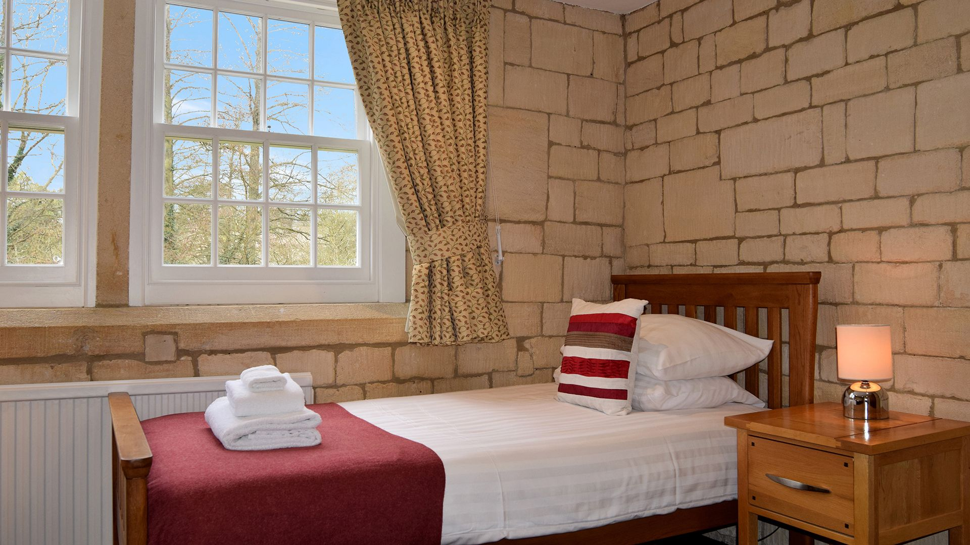 Twin bedroom, Lady Jane Grey Cottage at Sudeley Castle, Bolthole Retreats