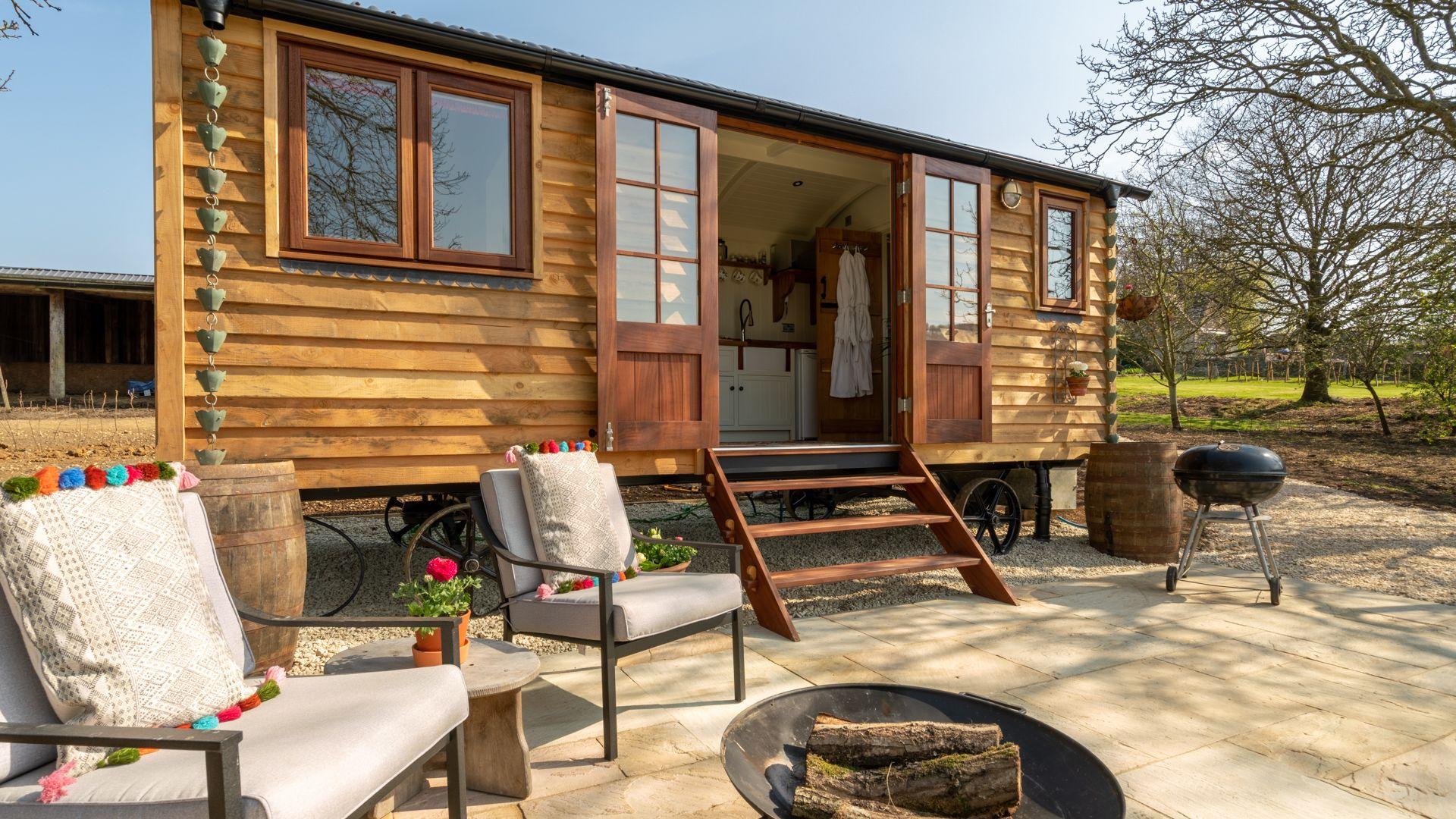 Exterior, Tudor Oak, Bolthole Retreats