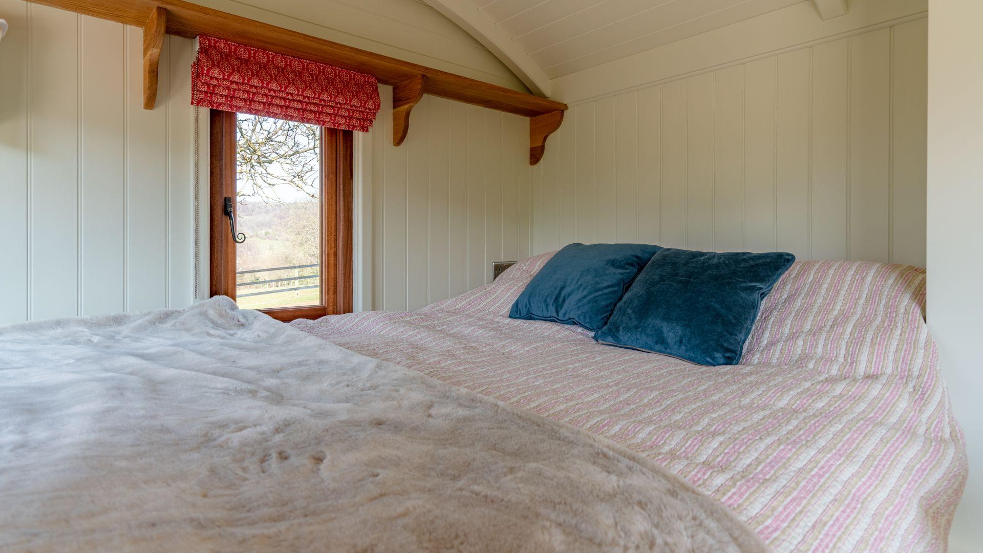 King-size bed, Tudor Oak, Bolthole Retreats