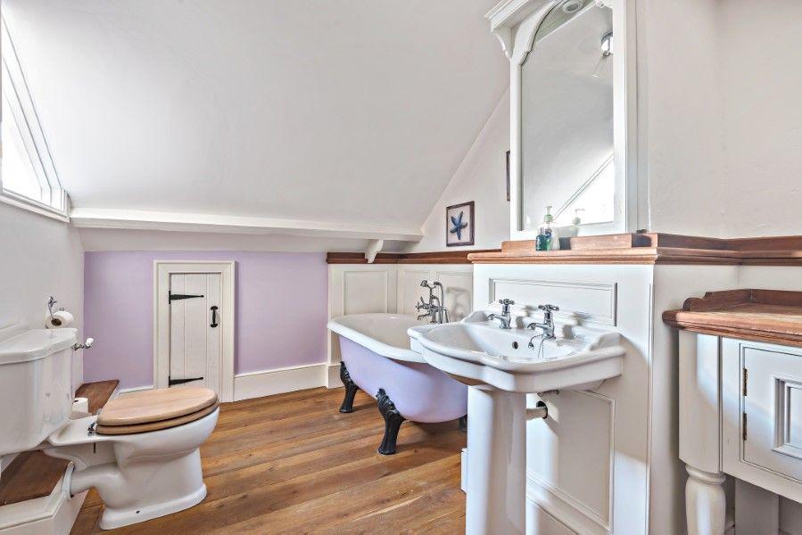 The Stables Manor Court | En-suite bathroom