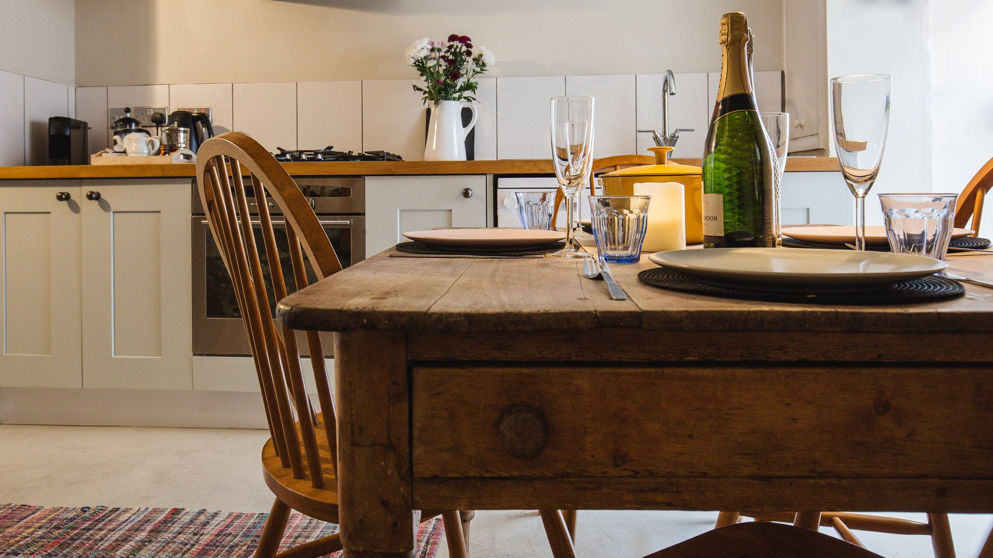 Kitchen with dining table, Walkley Wood Cottage, Bolthole Retreats