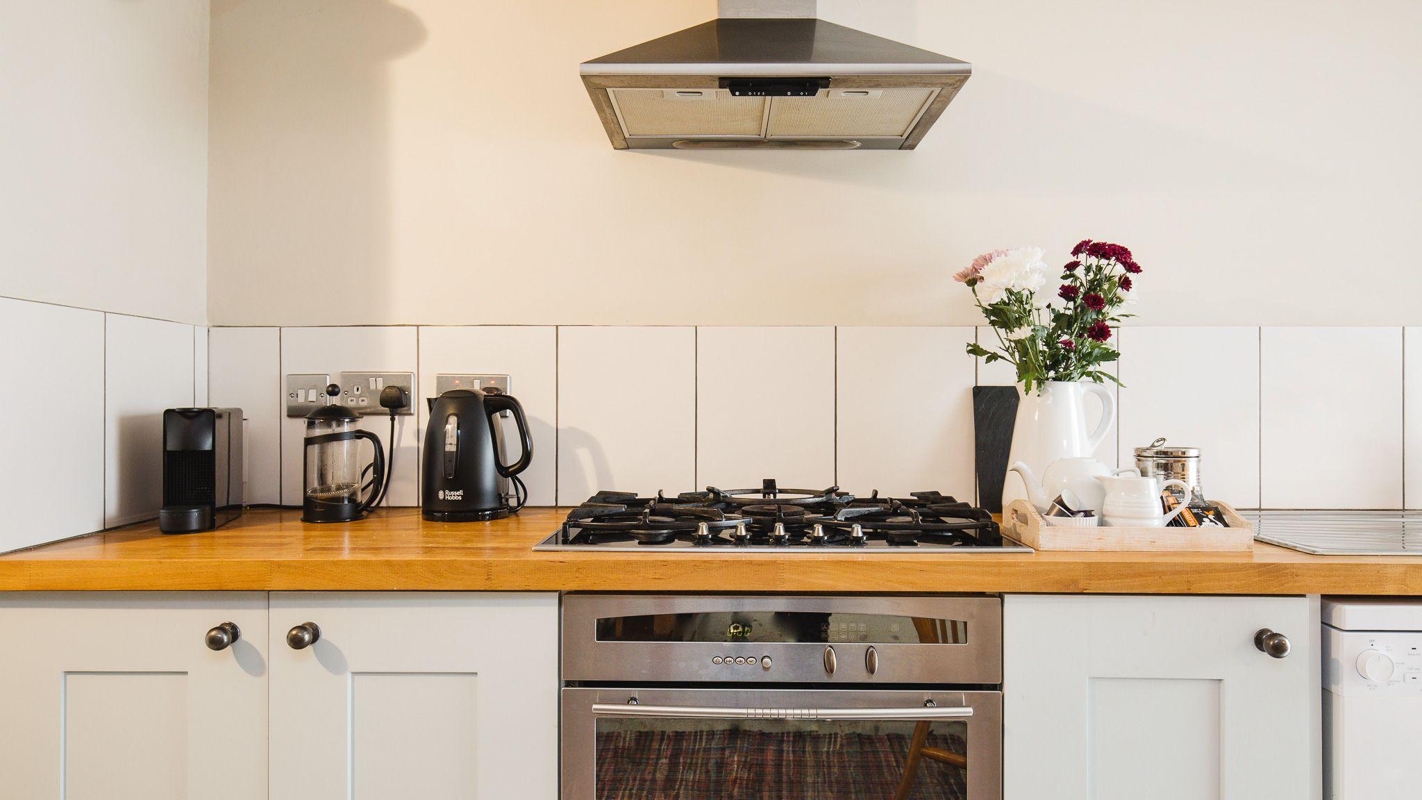 Kitchen with gas hob, Walkley Wood Cottage, Bolthole Retreats
